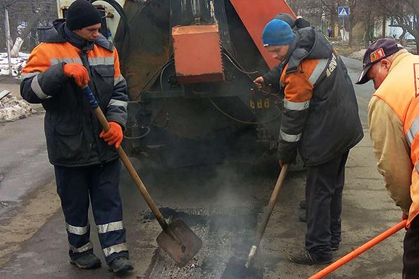 В Винницкой области рушится недавно отремонтированная дорога за 80 млн гривен