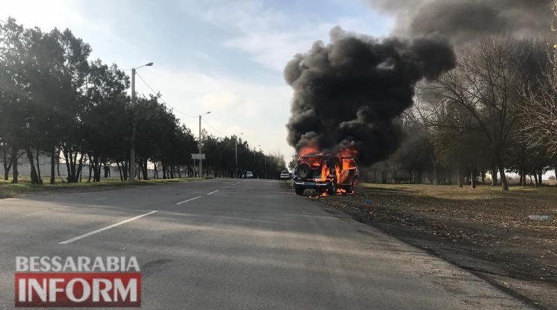 В Измаиле во время движения загорелся автомобиль полиции: машина уничтожена