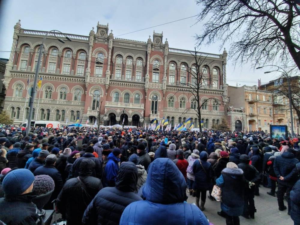 Требующие отставки главы НБУ митингующие прорвались в здание