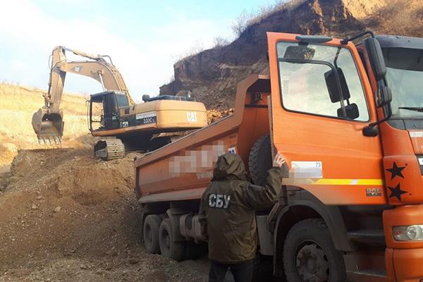 В Черновицкой и Черкасской области застройщики наворовали гравия и глины на 30 млн гривен