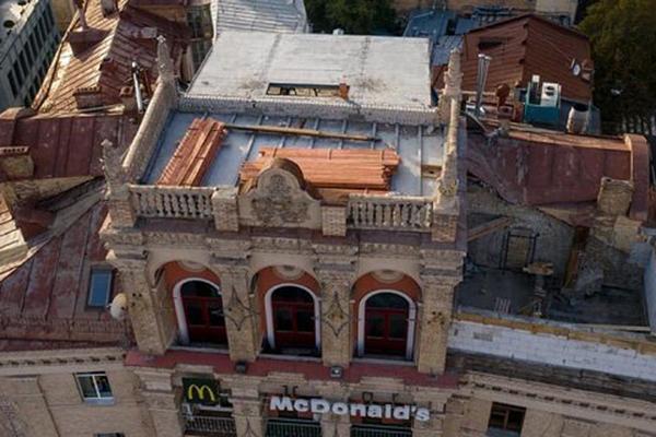 Суд арестовал незаконную надстройку на крыше исторического здания на Майдане