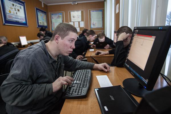 Минюст разрешил заключенным пользоваться интернетом в камерах