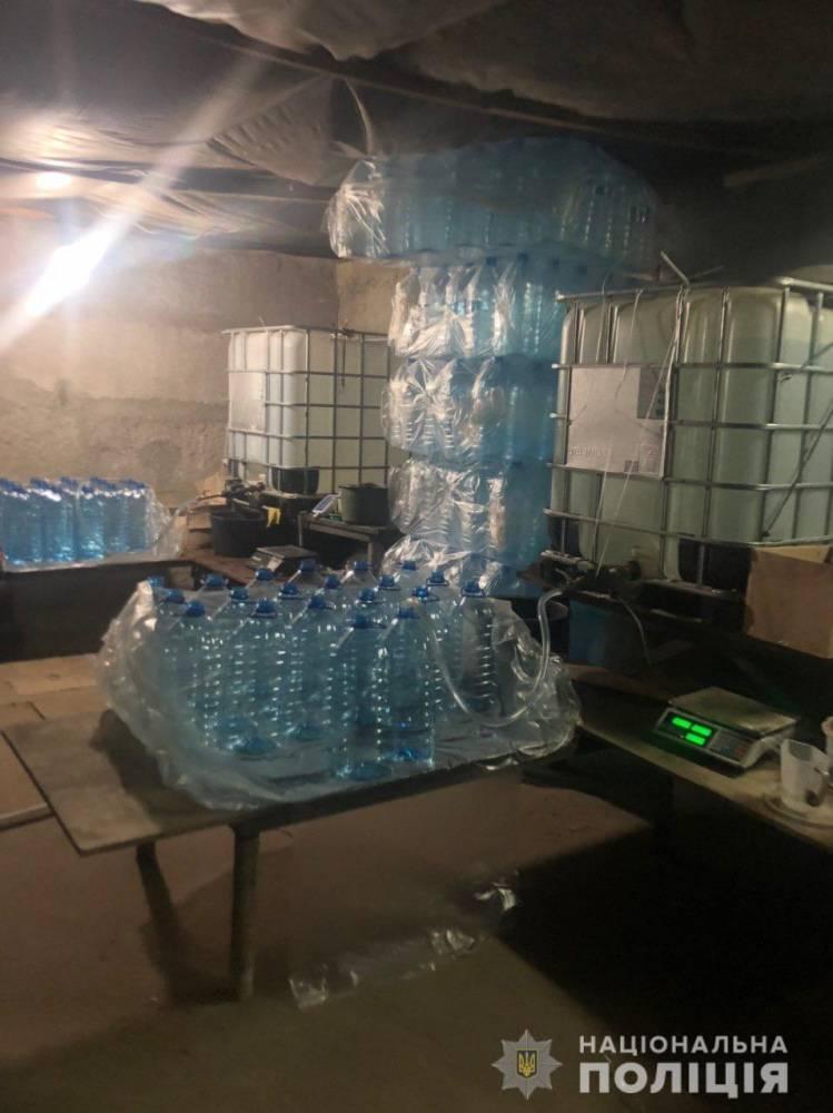 В Харькове полиция разоблачила подпольное производство спирта в гараже