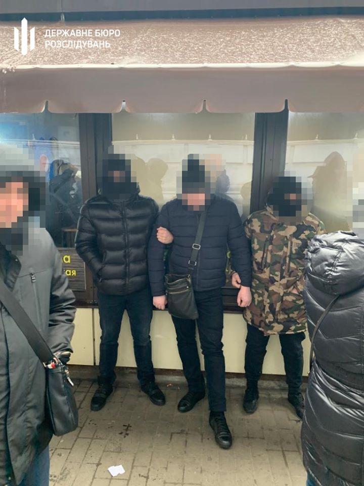 В Днепропетровской области полицейский обещал подменить вещдоки в деле о сбыте наркотиков за взятку