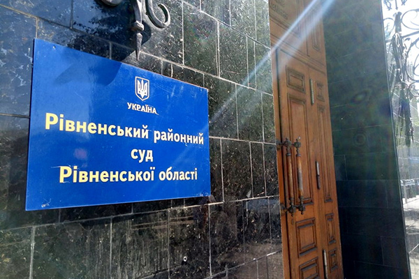 В Ровно подсудимый пронес в суд бритву, устроил скандал и попытался покончить с собой