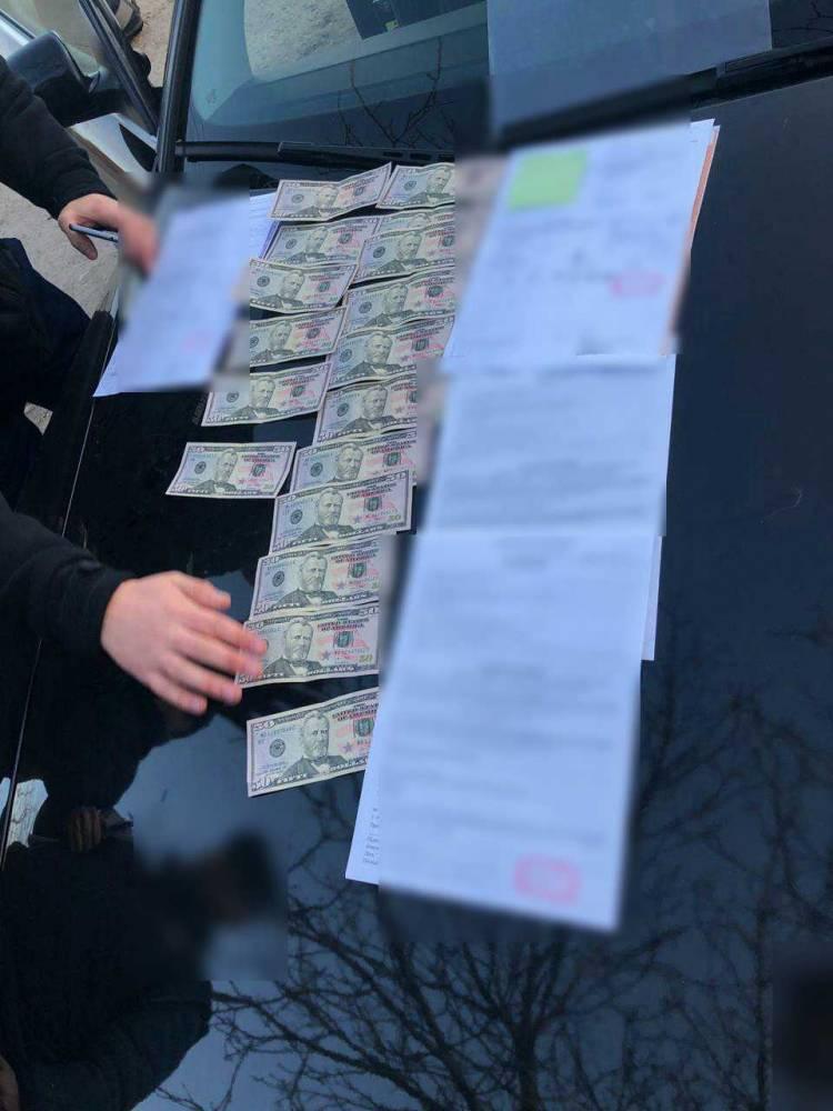 В Одессе таможенник вымогал по сто долларов за оформление каждой машины