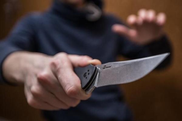 В Мелитополе пьяный домашний тиран напал с ножом на полицейского
