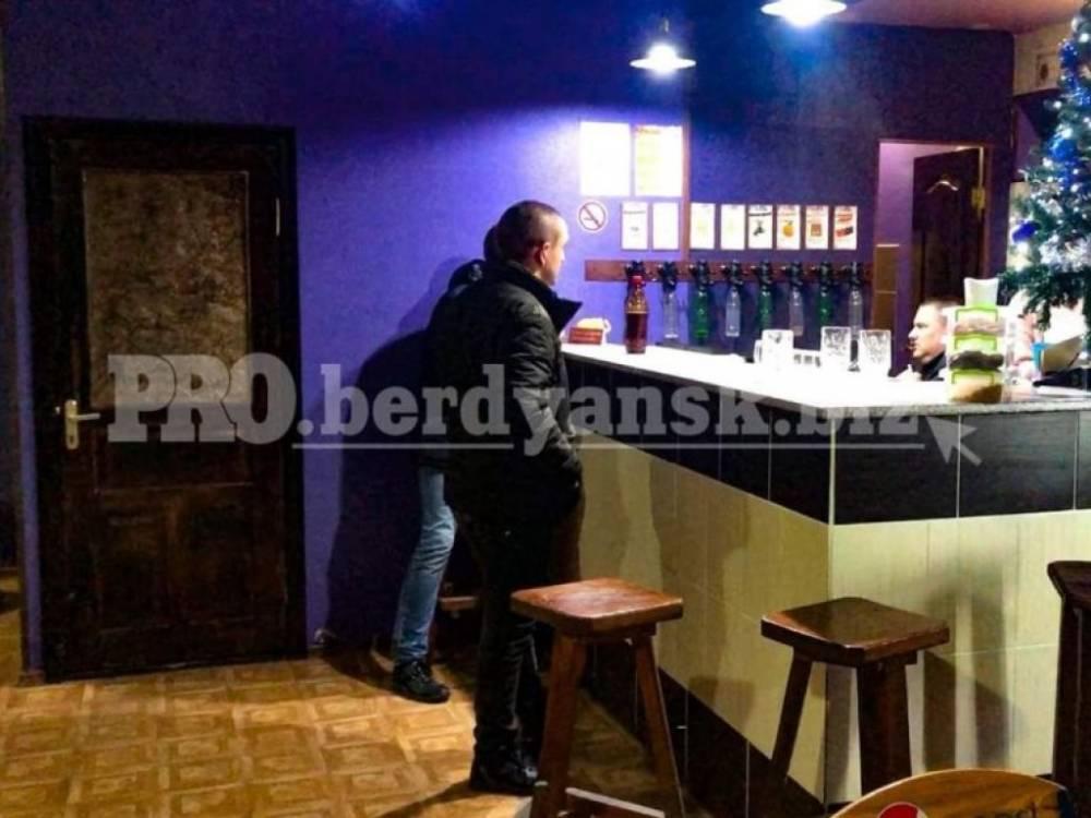 В Бердянске военные с ножом угрожали посетителям кафе
