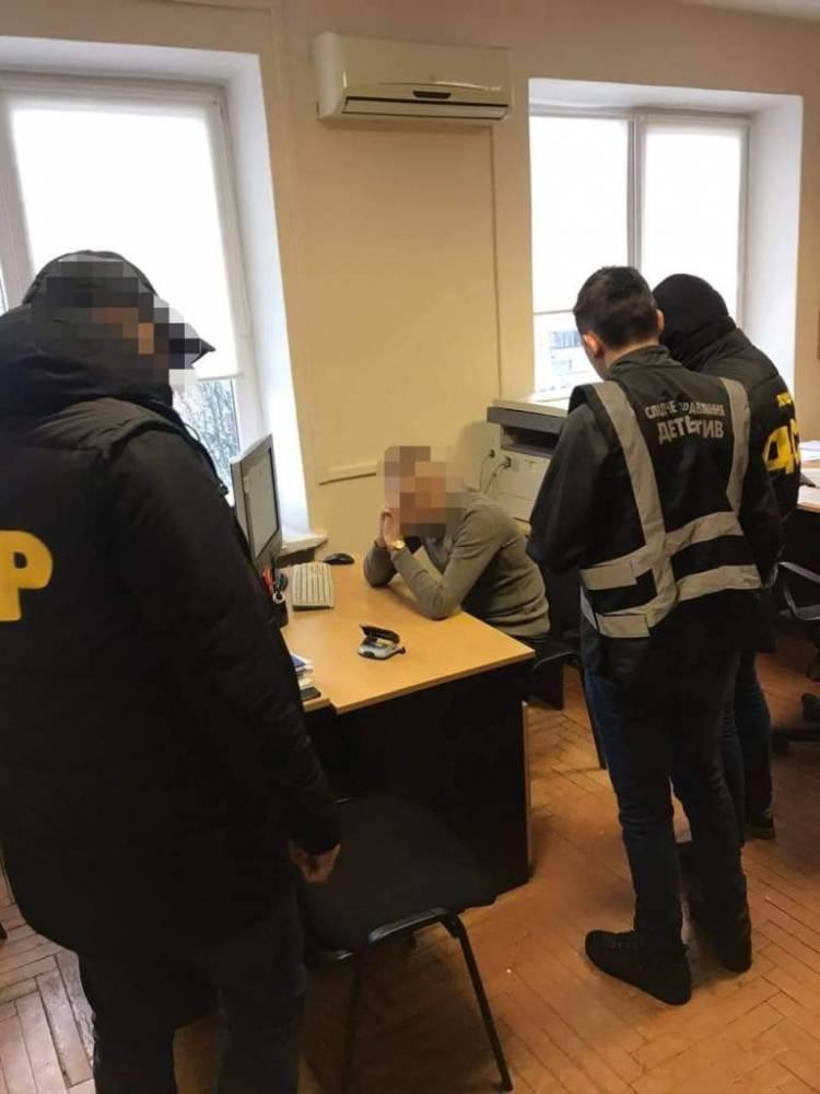 В Закарпатье инспектор Гоструда просил переводить взятки на карточку жены