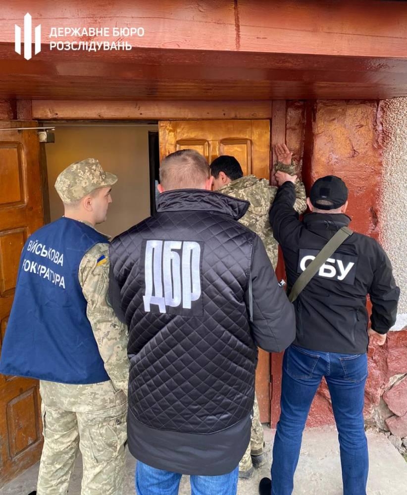 В Красноильске пограничник помогал контрабандистам сигарет