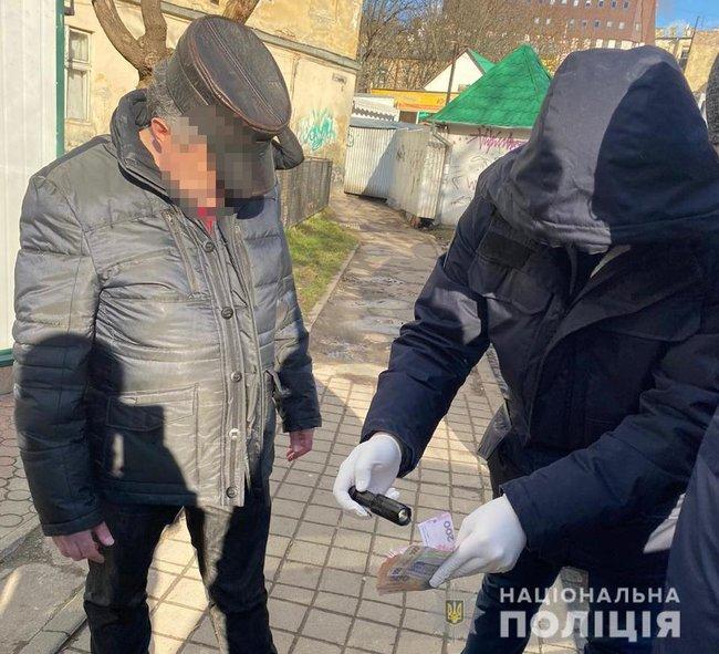 Во Львове на взятке задержали чиновника Госпродпотребслужбы