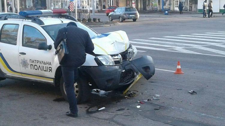 В Кременчуге полицейский уснул за рулем и врезался в троллейбус