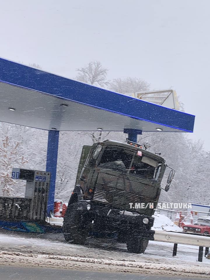 В Харькове водитель армейского грузовика врезался в АЗС