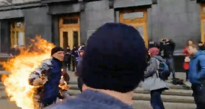 ПодОфисом президента мужчина поджег себя во время митинга