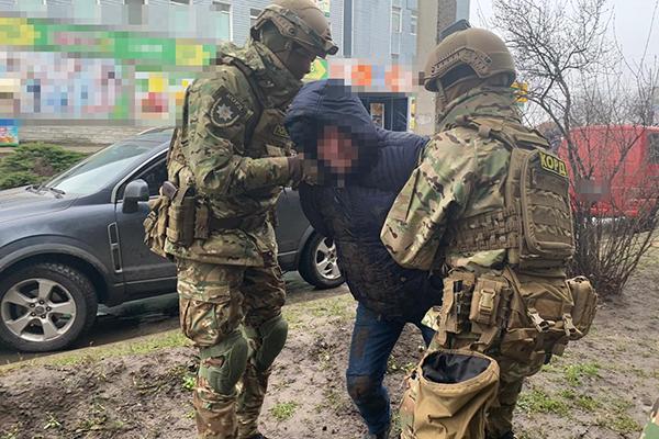 В Славуте активисты помогали рэкетиру выбивать деньги у местного бизнесмена