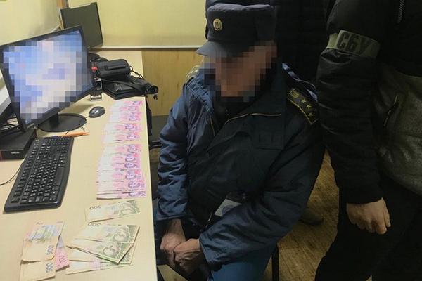 Таможенник из Черниговской области попался на взятках