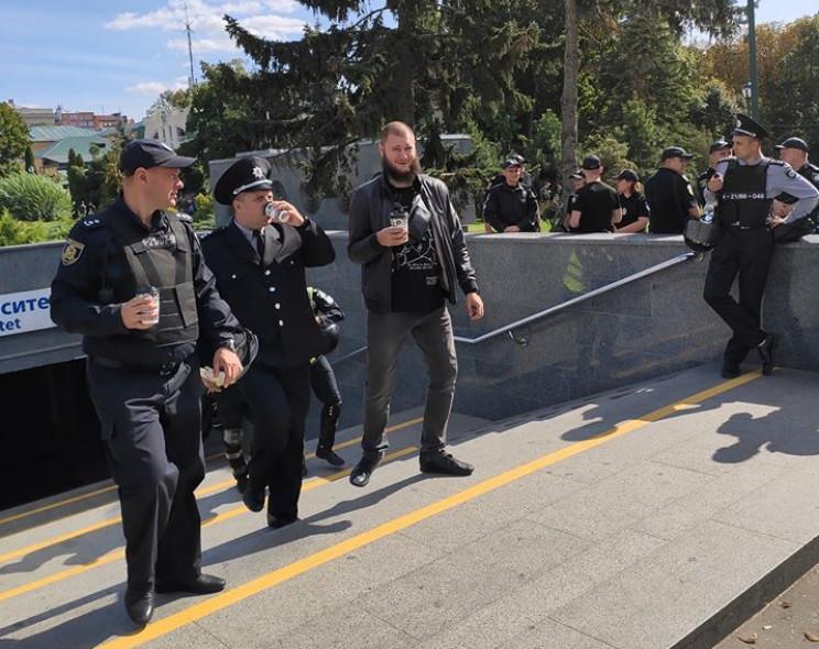 Подозреваемый в нападении на телеоператора протаранил автомобиль харьковских полицейских