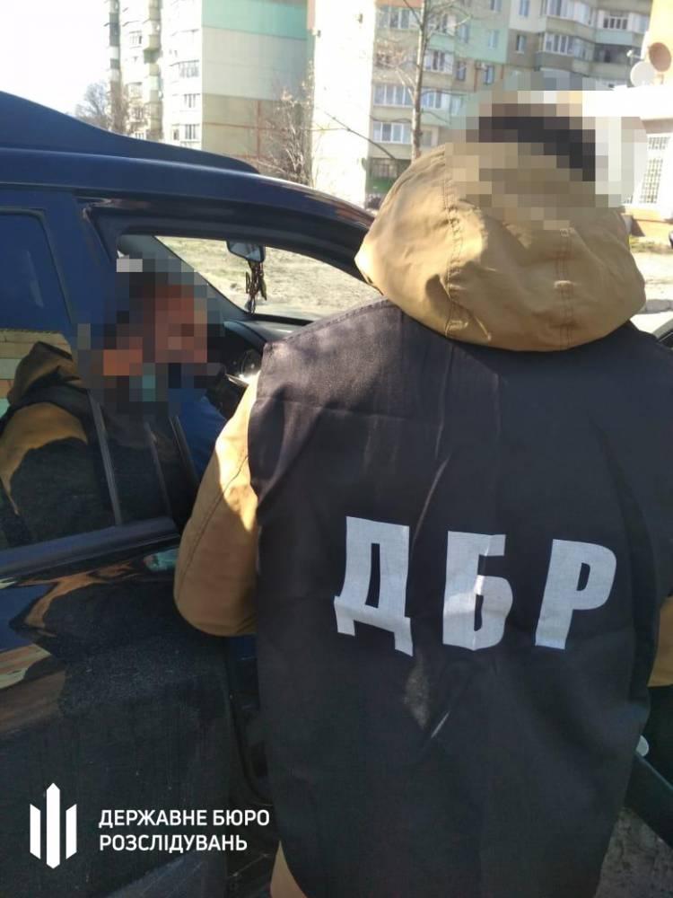 В  Полтаве таможенник брал взятки за растаможивание автомобилей