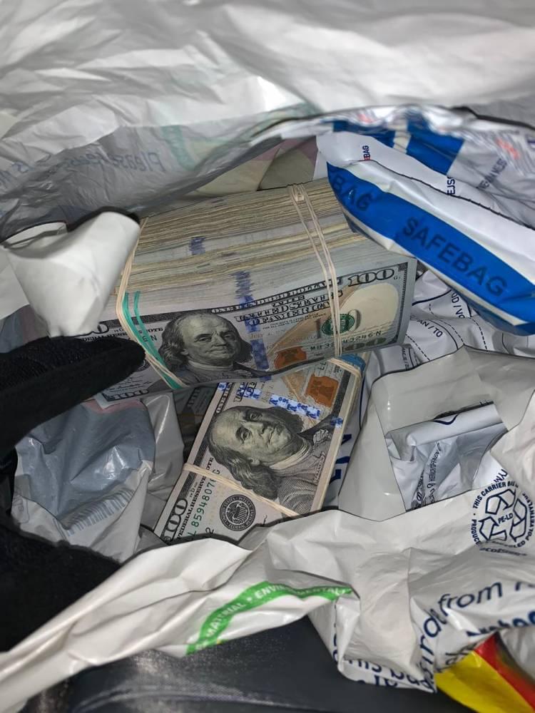 В Угринове мужчина пытался провезти через границу  500  тысяч евро и 240 тысяч долларов