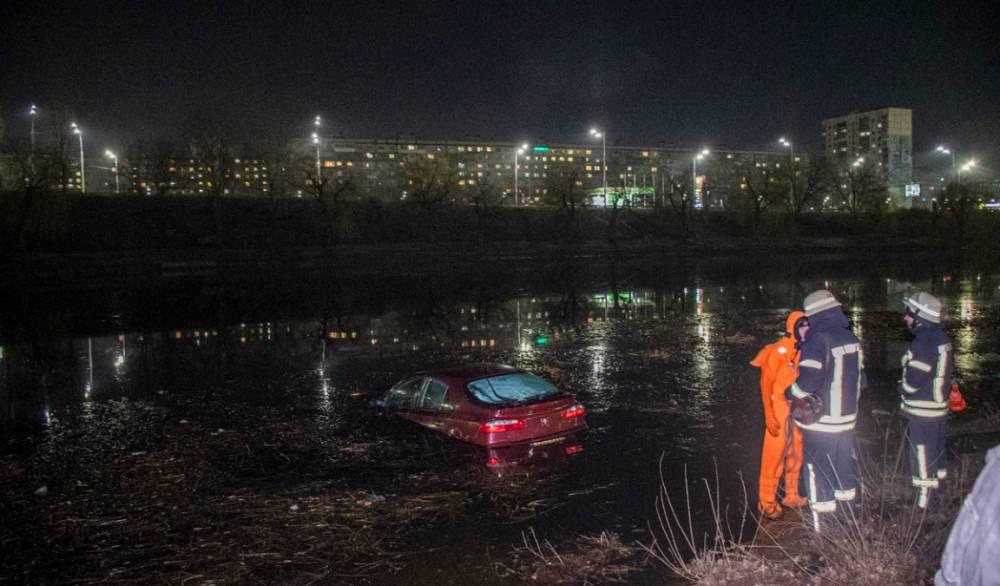 В Киеве прокурор спас водителя, упавшего с машиной в Днепр