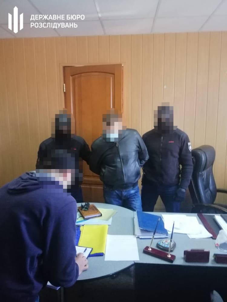 Днепровский полицейский предлагал взятку руководителю за помощь в торговле контрафактным табаком