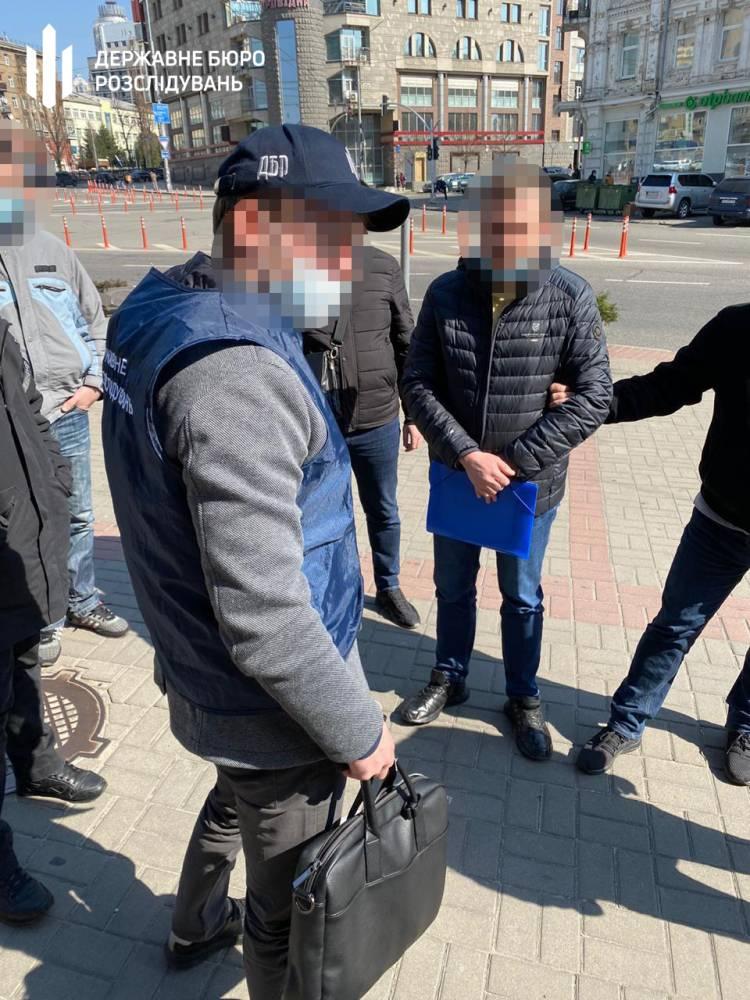 В Киеве общественник получил 100 тысяч долларов