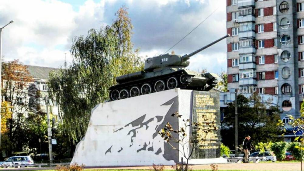 Декоммунизация: поджигателям памятника воинам-освободителям в Чернигове дали условные сроки