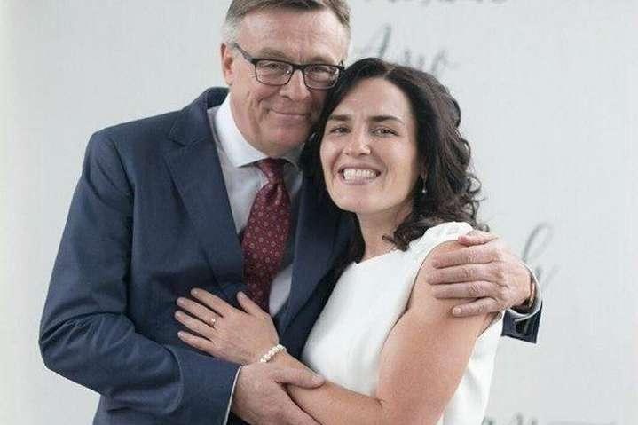 Жене экс-министра иностранных дел вручили подозрение за ложные показания