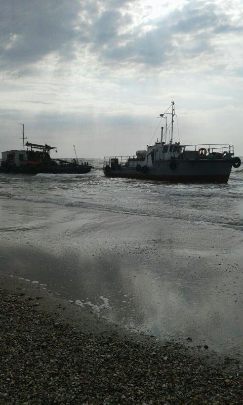 В Одесской области на пляж выбросило судно Госгидрографии