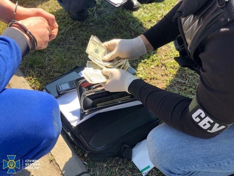 В Харькове миграционщик за взятку помогал иностранцам получить гражданство