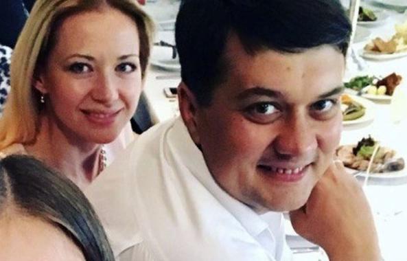 Коронавирус и ломбарды: жене Разумкова разрешили возобновить свой бизнес