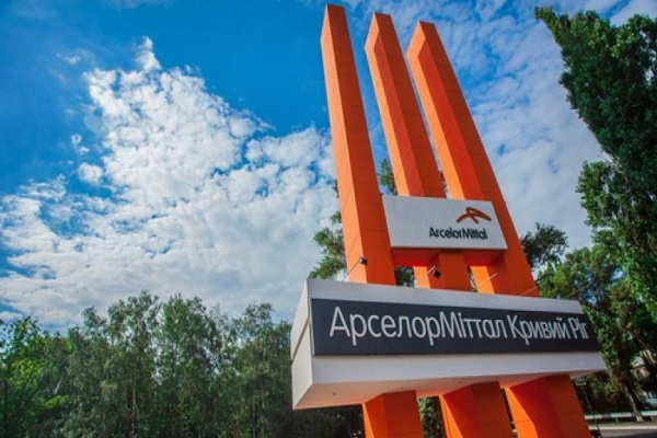 В Кривом Роге рабочие завода «АрселорМиттал» устроили большую очередь за спецпропусками