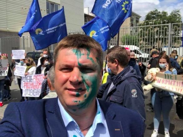 Экс-депутата Харьковского горсовета облили зелёнкой во время акции протеста