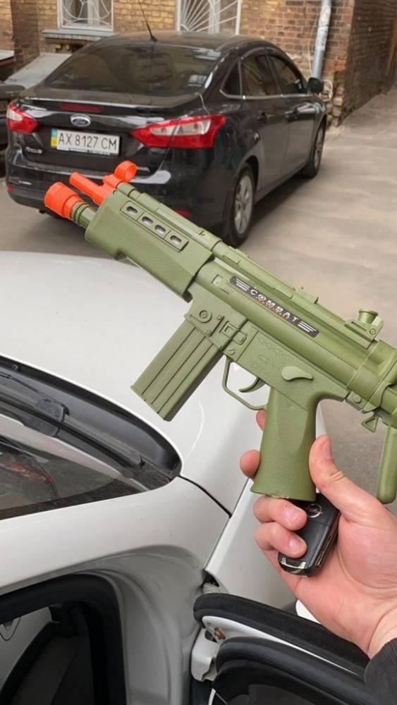 В Харькове полицейский принял игрушечный автомат за настоящий и напал на водителя авто