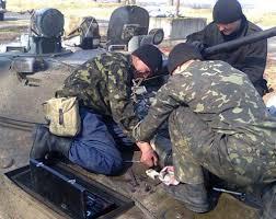 В Золочеве офицеры разбирали военную технику на продажу