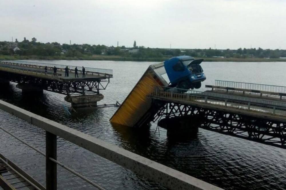 Армия построит временную переправу рядом с упавшим мостом через Каховское водохранилище