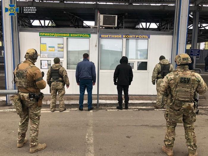 В пункте пропуска «Бачевск» таможенники и пограничники собирали по 50 тыс. гривен взяток за смену