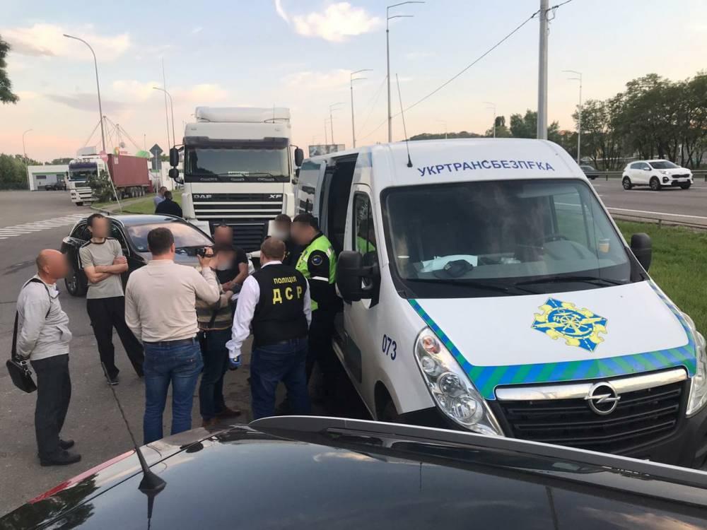 В Виннице инспекторы «Укртрансбезопасности» брали взятки у водителей грузовиков