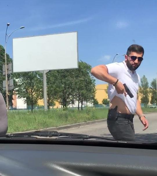 В Киеве охранник Ляшко угрожал водителю пистолетом