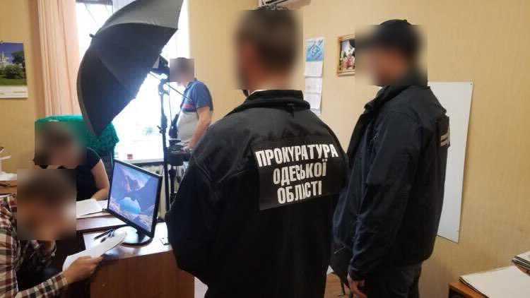 В Одессе на взятке поймали двух работников миграционной службы