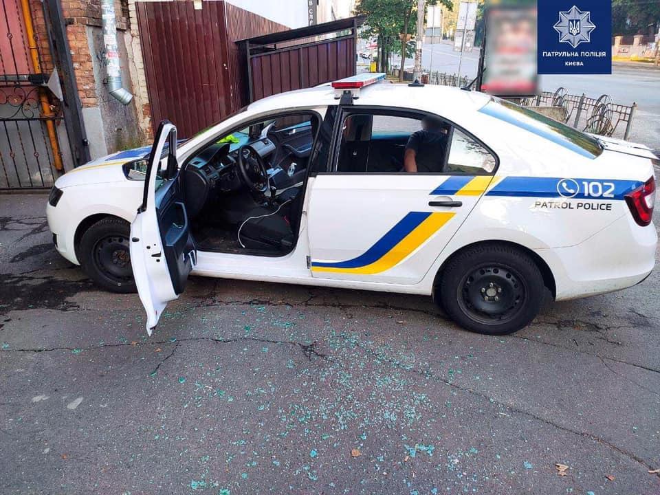 В Киеве пьяный местный житель при задержании разбил стекло в авто патрульных