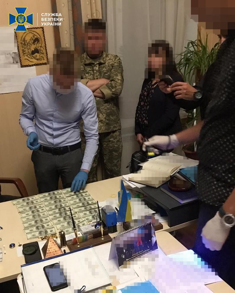 Замдиректора Киевского военного лицея вымогал взятку за поступление абитуриента