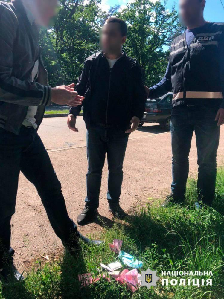 В Черкассах полицейского задержали при попытке продать краденное оружие