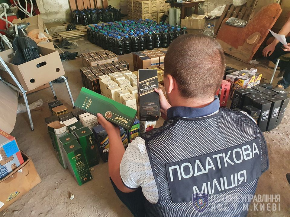 В Киеве закрыли цех по производству поддельного импортного алкоголя