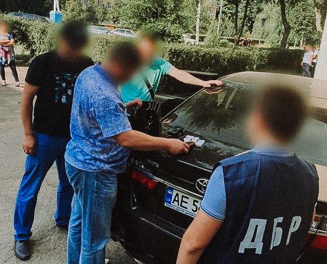 В Каменском начальник отделения полиции попался на взятке за возврат спецтехники