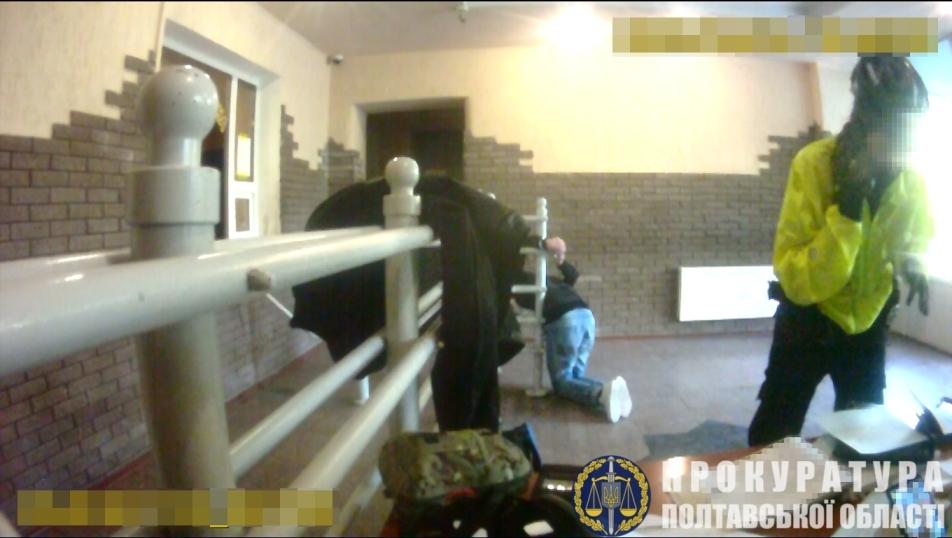 В Кременчуге полицейский на час приковал задержанного к металлическим перилам