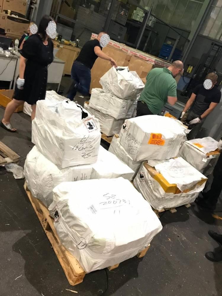 Под видом международных экспресс-отправлений в Украину завозили контрабанду