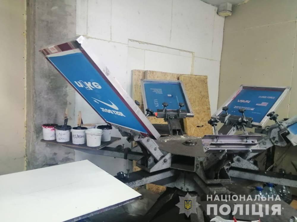 В Харькове полиция ликвидировала цех по производству поддельной брендовой одежды