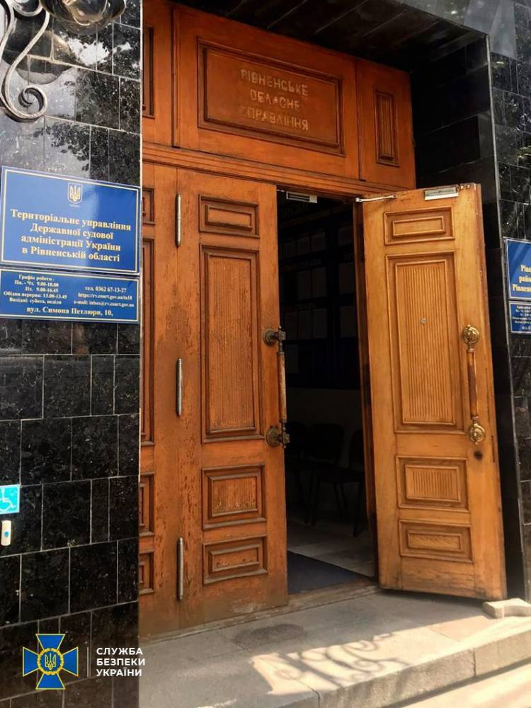 В Ровно чиновники судебной администрации незаконно начислили себе зарплату