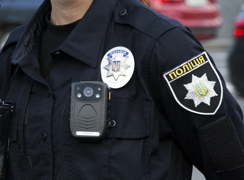 В Волынской области полицейский фиксировал взятки на свою нагрудную камеру